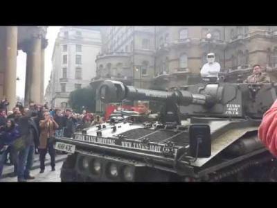 Le Stig apporte une pétition à la BBC, à bord d'un tank, pour sauver Clarkson
