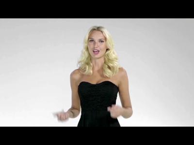 Smartphone au garde-à-vous pour déshabiller Adriana Cernanova