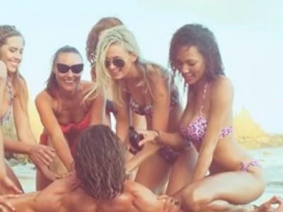 Attaque de belles filles sur plage de naturistes