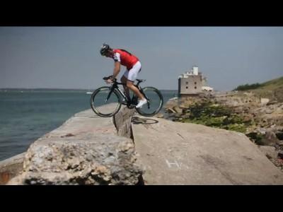 Un vélo de course en trial