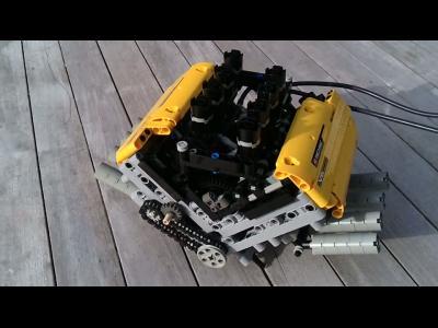 Un moteur V8 assemblé en pièces de LEGO