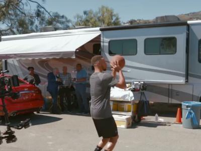 Stephen Curry marque un panier... dans une Infiniti Q50