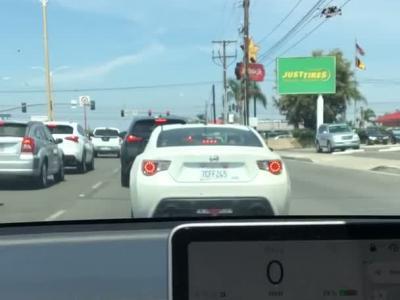 Une Tesla en auto-pilote grille des feux rouges