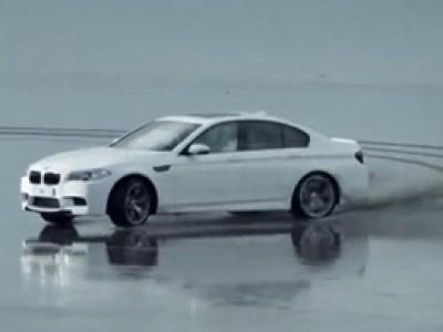 La BMW M5 roule sur l'eau