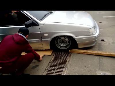 En Russie, une voiture tunée a un problème