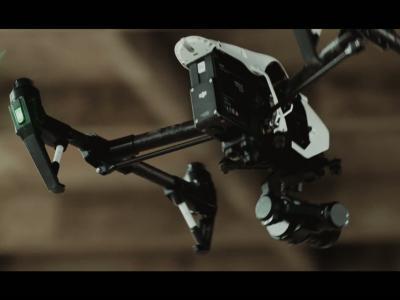Un drone met au défi la Jaguar XJ