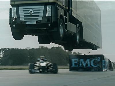 Incroyable : un camion saute par-dessus une Formule 1