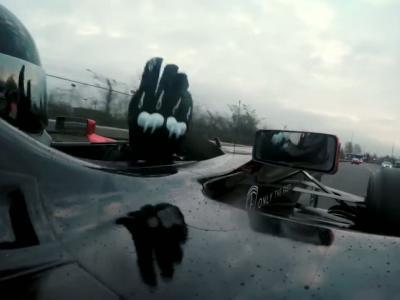 Une Formule 1 terrorise les routes de Manchester