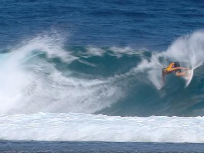 Le meilleur surfeur du monde sur les vagues de Tahiti, pour les championnats du monde !