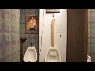 Guitar Pee pour un bon solo de guitare aux toilettes