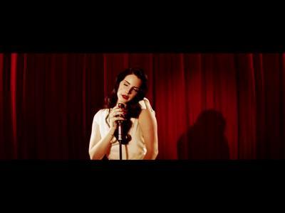 """Lana Del Rey dévoile le clip """"Burning Desire"""" pour Jaguar"""