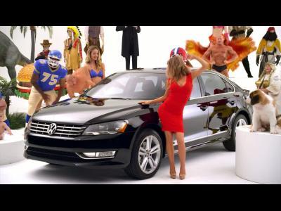 Carmen Electra et la VW Passat teasent le spot TV du prochain Super Bowl