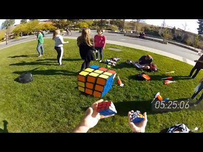 Il jongle tout en finissant les 3 Rubik's Cube !
