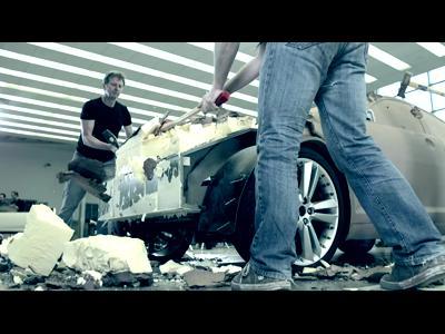 Une Jaguar XF détruite à la hache