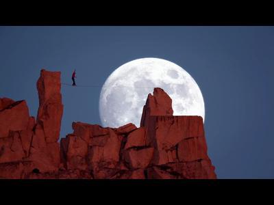 Highline sous la pleine lune