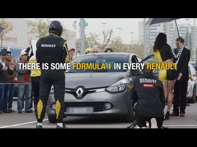 Des conducteurs de Renault accueillis par des ''grid girls'' au supermarché