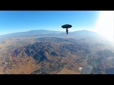 Après le saut en parachute, le saut en parapluie !