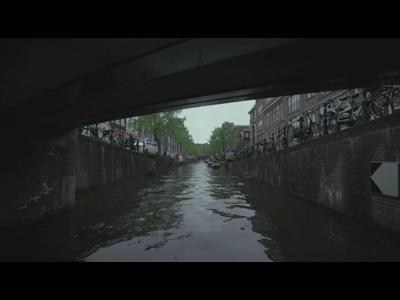 Un backflip au dessus d'un canal