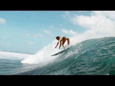 Surf et bikinis sur l'île de Namotu