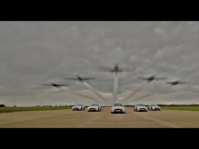 L'Aston Martin V8 Vantage S Blades Edition se mesure à une patrouille aérienne