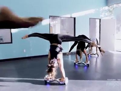 Elles dansent avec un Hoverboard