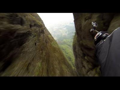 Incroyable saut en wingsuit en Chine