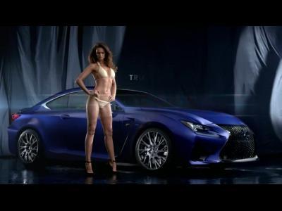 La Lexus RC F en pince pour les bikinis